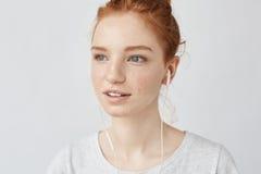 Primer de la música que escucha de la muchacha astuta en el goce de los auriculares Imagen de archivo libre de regalías