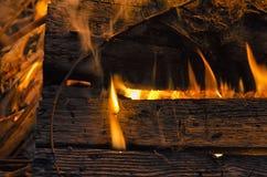 Primer de la madera engullido en llamas imagen de archivo libre de regalías