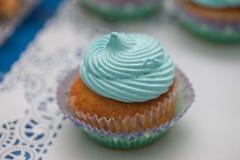 Primer de la magdalena azul Foco selectivo Invitación sabrosa de la fiesta de bienvenida al bebé del mollete del concepto de la c Imagen de archivo