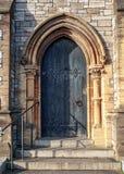 Primer de la manera de madera medieval gótica tradicional de la puerta de entrada con el arco antiguo del ladrillo fotos de archivo libres de regalías