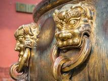 Primer de la manija de bronce adornada en la urna del agua Foto de archivo libre de regalías