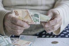Primer de la mano arrugada que cuenta billetes de banco de la lira turca Imágenes de archivo libres de regalías