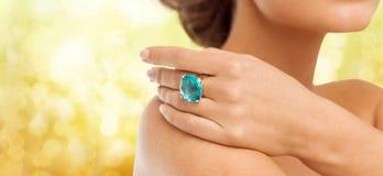 Primer de la mano de la mujer con el anillo azul grande del cóctel Fotografía de archivo
