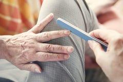 Primer de la mano de la mujer con nailfile Foto de archivo libre de regalías