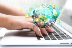 Primer de la mano de la mujer de negocios que mecanografía en el teclado del ordenador portátil Foto de archivo libre de regalías