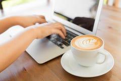 Primer de la mano de la mujer de negocios que mecanografía en el teclado del ordenador portátil Fotos de archivo libres de regalías