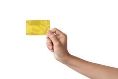Primer de la mano de la mujer que sostiene la tarjeta de crédito vacía en blanco Imágenes de archivo libres de regalías