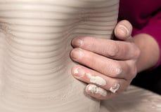 Primer de la mano del alfarero Imagenes de archivo