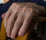 Primer de la mano del hombre mayor Manija de madera de las sillas Fotos de archivo