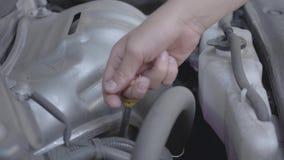 Primer de la mano del muchacho que comprueba sus detalles del coche Concepto de reparación del automóvil Servicio del coche almacen de metraje de vídeo