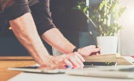 Primer de la mano masculina en la tabla Hombre de negocios que coloca la tabla cercana, inclinándose las manos en la tabla Fotos de archivo