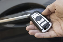 Primer de la mano masculina que lleva a cabo llave remota del coche Imagenes de archivo