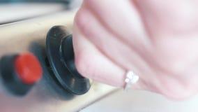 Primer de la mano de la mujer joven con el gas de torneado del anillo hermoso apagado de una estufa de gas de la cocina acci?n Pr metrajes