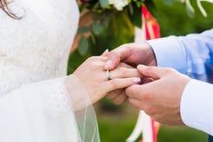 Primer de la mano de la novia con un anillo en día de boda foto de archivo libre de regalías