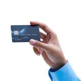 Primer de la mano que sostiene la tarjeta de crédito sobre el fondo blanco Imagen de archivo libre de regalías