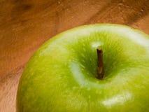 Primer de la manzana verde fresca en plato de madera Fotografía de archivo