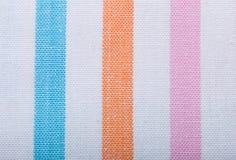 Primer de la materia textil rayada colorida como fondo o textura Foto de archivo