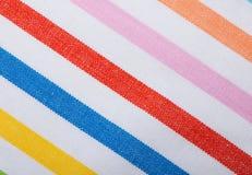 Primer de la materia textil rayada colorida como fondo o textura Fotos de archivo libres de regalías