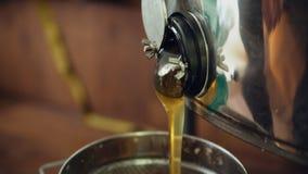 Primer de la miel que fluye de cosechar el equipo del beekeper en colmenar Fotos de archivo
