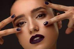 Primer de la moda Mujer atractiva con maquillaje y la manicura de lujo imagen de archivo libre de regalías
