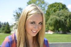 Primer de la muchacha adolescente con el pelo rubio Fotos de archivo libres de regalías