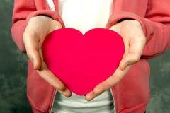 Primer de la muchacha adolescente iholding el corazón rojo Imágenes de archivo libres de regalías