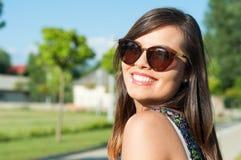 Primer de la muchacha atractiva sonriente que presenta afuera en parque Fotos de archivo libres de regalías