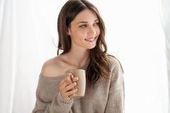 Primer de la muchacha con la taza que disfruta de nuevo día imagen de archivo