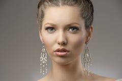 Primer de la muchacha elegante de la belleza imagen de archivo