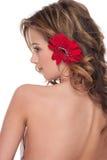 Primer de la muchacha hermosa con la flor roja del aster Fotos de archivo libres de regalías