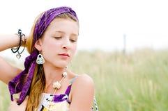 Primer de la muchacha modelo en la playa Imágenes de archivo libres de regalías