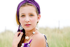 Primer de la muchacha modelo en la playa fotos de archivo