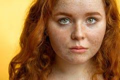 Primer de la muchacha pecosa pelirroja hermosa con el pelo rizado flojo Imagenes de archivo