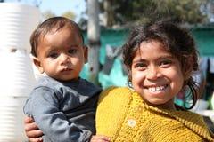 Primer de la muchacha pobre con el bebé Nueva Deli la India Fotos de archivo libres de regalías