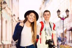 Primer de la muchacha que celebra caminar de la mano del hombre joven Fotos de archivo