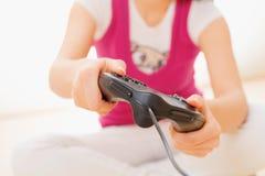 Primer de la muchacha que juega al juego video Imágenes de archivo libres de regalías