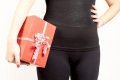 Primer de la muchacha que lleva a cabo el giftbox grande Imagenes de archivo