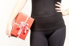 Primer de la muchacha que lleva a cabo el giftbox grande Fotografía de archivo