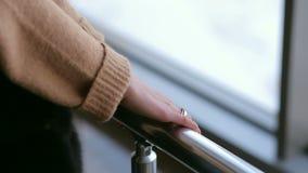 Primer de la muchacha que lleva a cabo las manos en la barandilla almacen de video