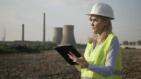 Primer de la mujer acertada del ingeniero del trabajador que usa la tableta digital que examina la central eléctrica del petróleo metrajes