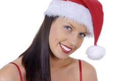 Primer de la mujer adulta joven sonriente con el sombrero rojo de Papá Noel de la Navidad aislado en blanco Imagen de archivo