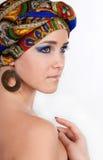 Primer de la mujer atractiva en turbante oriental fotografía de archivo