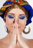 Primer de la mujer atractiva en turbante oriental imagen de archivo libre de regalías