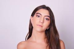 Primer de la mujer caucásica joven hermosa Imagenes de archivo