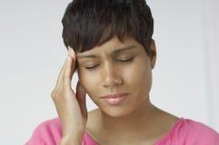 Primer de la mujer con dolor de cabeza severo fotos de archivo libres de regalías