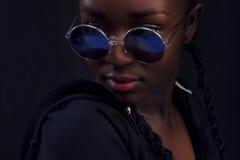 Primer de la mujer con la piel oscura que lleva alrededor de las gafas de sol Foto de archivo libre de regalías