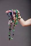 Primer de la mujer con las gotas de los collares de la joyería Imagenes de archivo