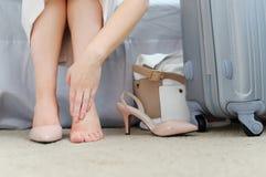 Primer de la mujer descalzo con los dedos del pie dolorosos FE del zapato de los tacones altos Imágenes de archivo libres de regalías