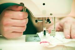 Primer de la mujer en la máquina de coser Fotos de archivo libres de regalías