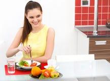 Primer de la mujer hermosa que come la comida sana Foto de archivo
